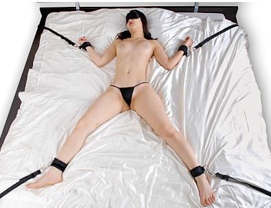 ベッドに四肢を固定する拘束具