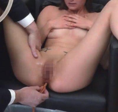 浣腸されている女性(ゴムシリンジタイプの浣腸器を肛門に挿入完了したところ)